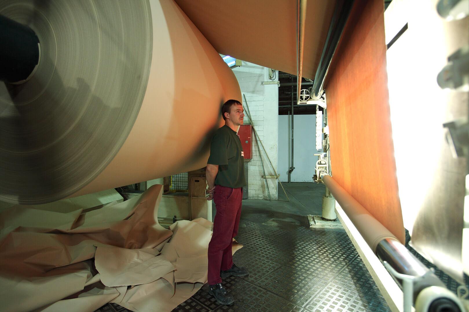 Herstellung Regenerat Papier - Papiermaschine - visuelle Qualitätskontrolle